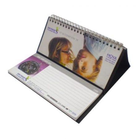 לוח שנה שולחני עם מכתביה