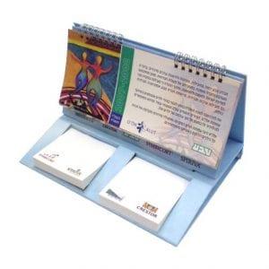 לוח שנה שולחני עם ניירות ממו